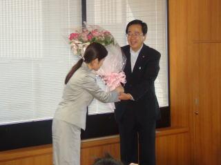 大臣退任の際、環境省職員から花束を受け取る斉藤鉄夫
