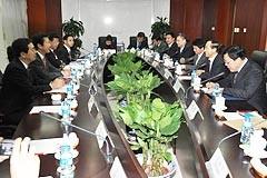 王中連部長(右から2人目)らと会談=14日 北京・中連部