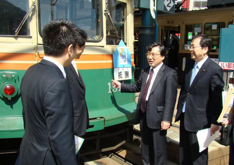 意見交換する斉藤鉄夫(右から)と越智社長ら