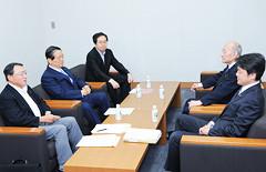修正協議に臨む斉藤鉄夫(左から3人目)