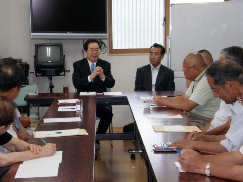 町内会役員と懇談する斉藤鉄夫