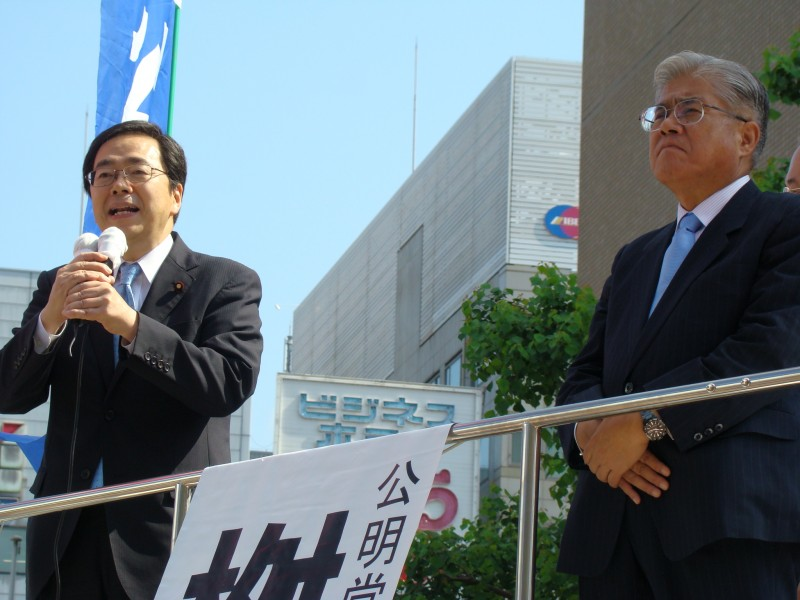 演説する斉藤鉄夫(左)と桝屋敬悟