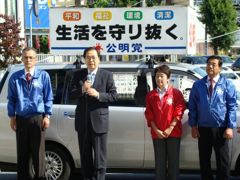 三次市内で演説する 斉藤鉄夫(左から2人目)