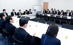 要望を受ける 斉藤鉄夫(手前左端)