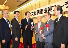 懇談する 斉藤鉄夫(左から3人目)