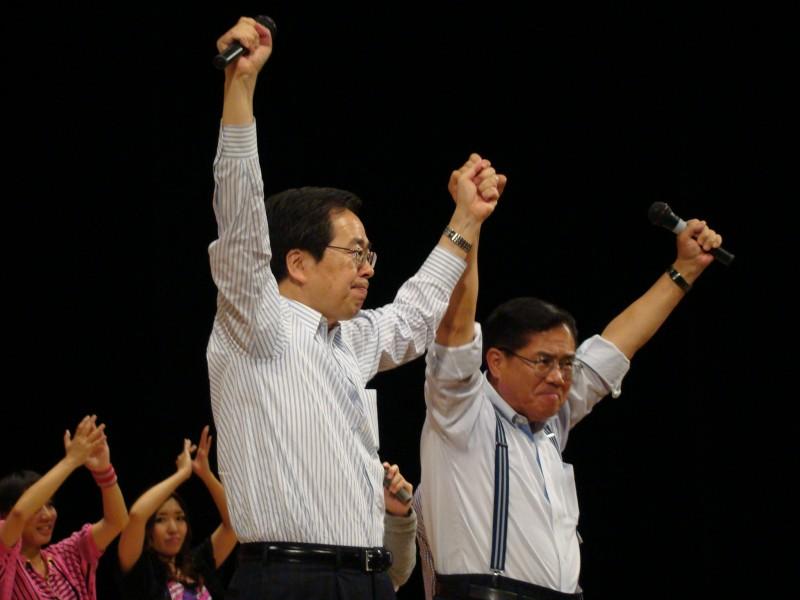 絶大なる支援を訴える 斉藤鉄夫(左)とますや敬悟(右)(広島市内)