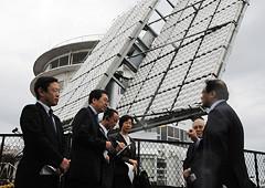 集光型太陽光発電システムを視察する 斉藤鉄夫(左から2人目)