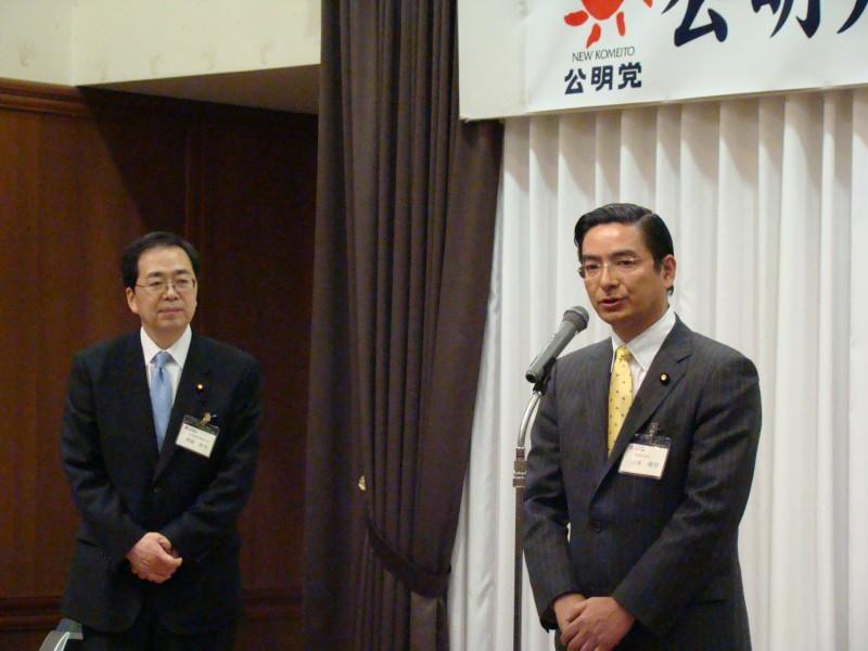 決意の述べる 山本ひろし参院議員(右)と 斉藤鉄夫