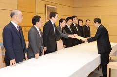 菅官房長官に申し入れする 斉藤鉄夫(左から3人目)ら
