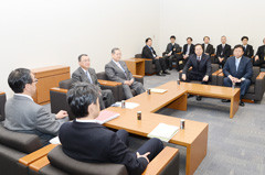 3党税調会談に臨む 斉藤鉄夫(奥側右から2人目)