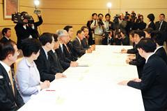 安部首相へ緊急提言する 斉藤鉄夫(左から3人目)ら