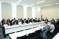 団体よりヒアリングを受ける 斉藤鉄夫(奥側左から5人目)ら