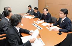 要望を受ける 斉藤鉄夫(右から2人目)