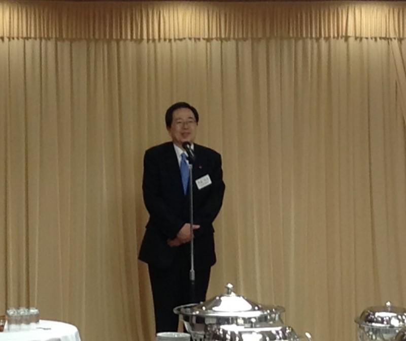 懇親会であいさつする 斉藤鉄夫