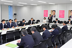ヒアリングを受ける 斉藤鉄夫(奥側左から4人目)ら