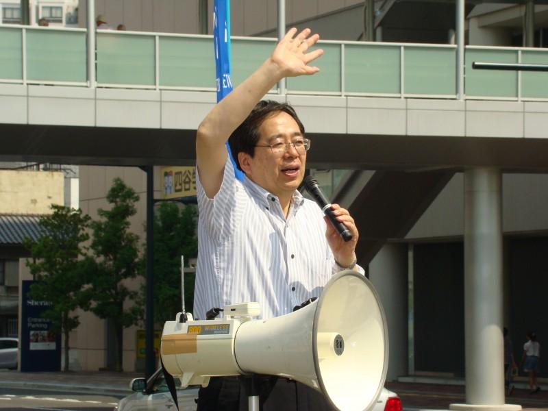 街頭で演説する 斉藤鉄夫