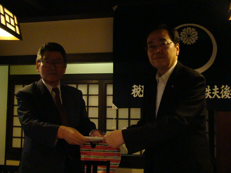 久保会長(左)から要望書を受け取る 斉藤鉄夫(右)