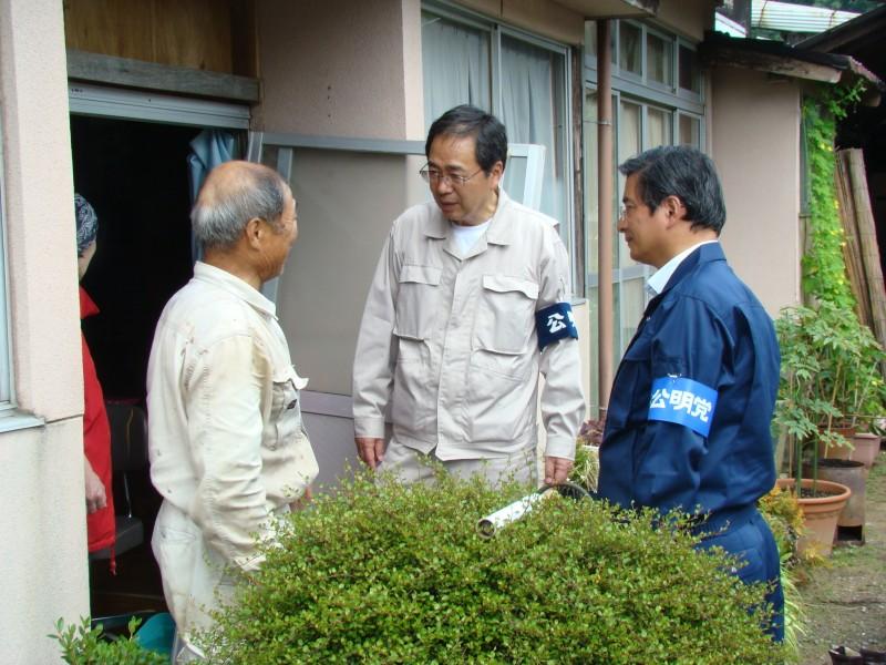 被災者から話を聞く 斉藤鉄夫(右から2人目)