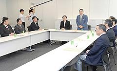 与党税制協議会に臨む 斉藤鉄夫(中央左側)