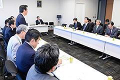 要望を受ける 斉藤鉄夫(山口代表の左隣)