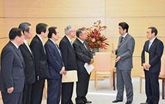 安倍首相に提言を申し入れる さいとう鉄夫(左から2人目)