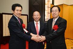 日本技術士会の吉田会長と懇談する 斉藤鉄夫(右端)