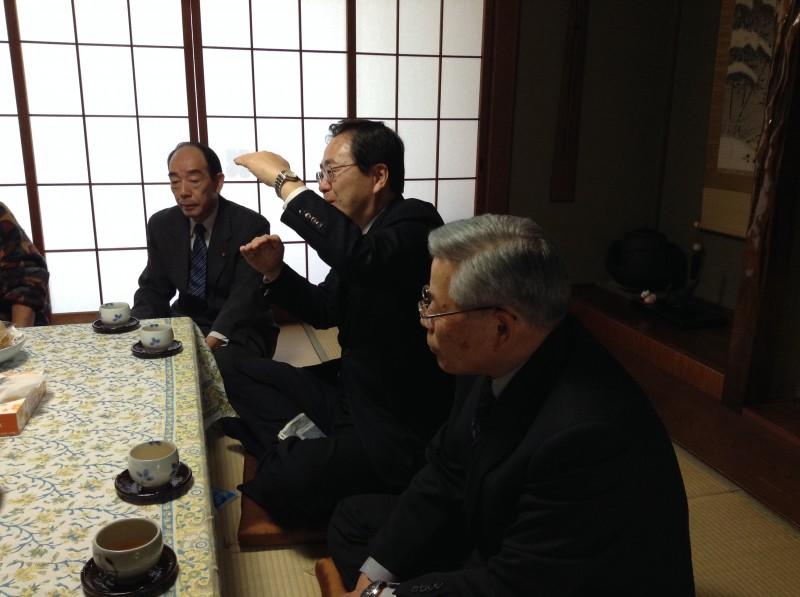 懇談会で国政報告する さいとう鉄夫(中)
