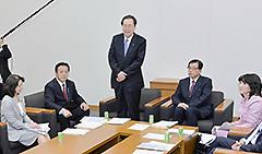 与党ワーキングチームで発言する 斉藤鉄夫(左から3人目)