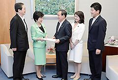 菅官房長官へ申し入れする 斉藤鉄夫(左端)ら