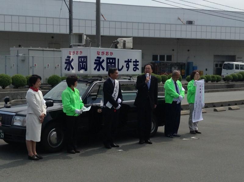 第一声で支援を訴える 斉藤鉄夫(右から3人目)
