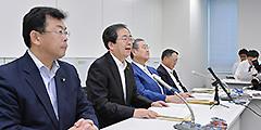 軽減税率の論点整理を発表する 斉藤鉄夫(左から2人目)