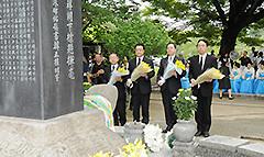 献花をする 斉藤鉄夫(右から2人目)
