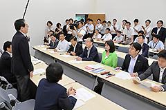 総会であいさつする 斉藤鉄夫(左から2人目)