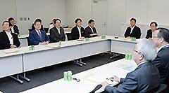 ヒアリングを行う与党税協での 斉藤鉄夫(左から4人目)