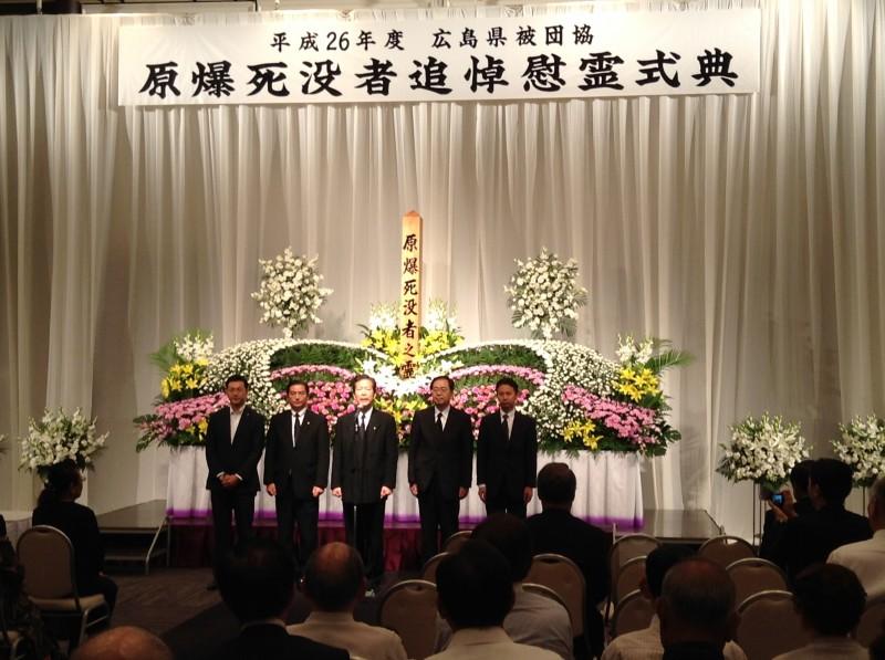 追悼式であいさつする 山口代表(中)