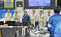 免震重要棟内で作業員を激励する 井上幹事長と斉藤鉄夫(左端)