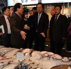 韓国の市場を視察する 斉藤鉄夫(右から2人目)