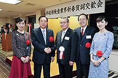 松村理事長(中央)と懇談する 斉藤鉄夫(右隣)