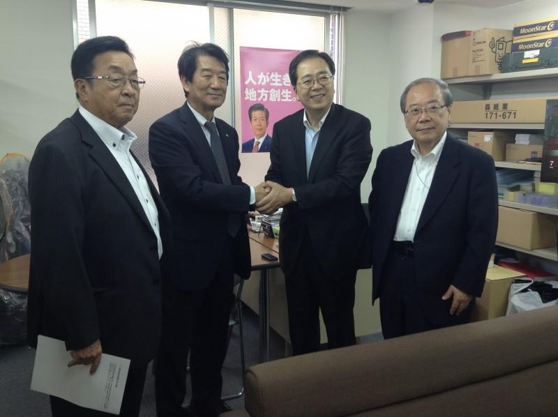 安部会長(左から2人目)と握手する さいとう鉄夫(右隣)