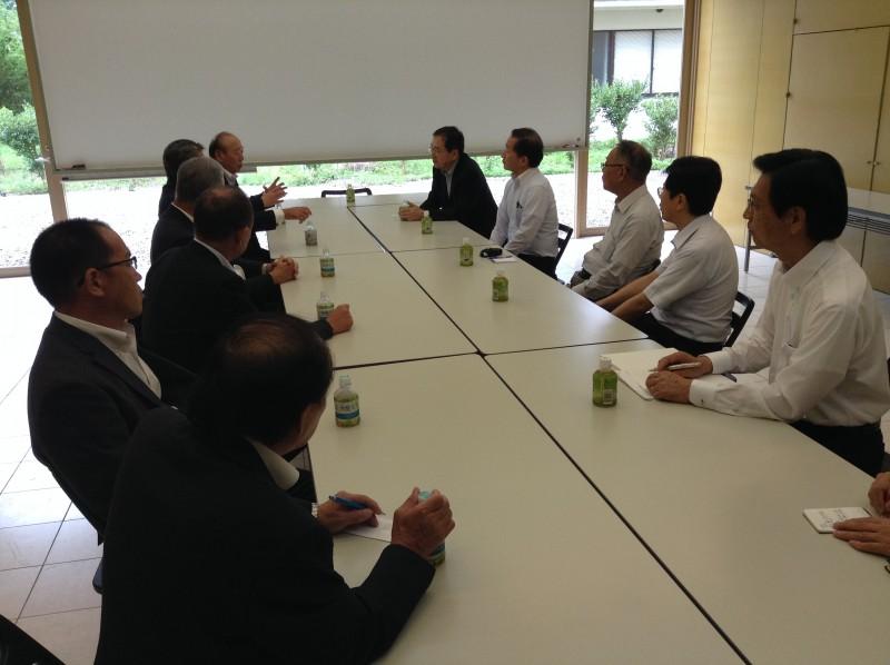 県議、首長らと意見交換する さいとう鉄夫(奥右)