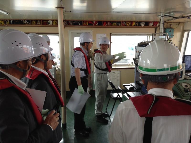 浚渫船内で説明を受ける さいとう鉄夫(中央)