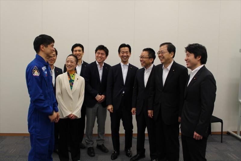大西宇宙飛行士と懇談する さいとう鉄夫(右から2人目)
