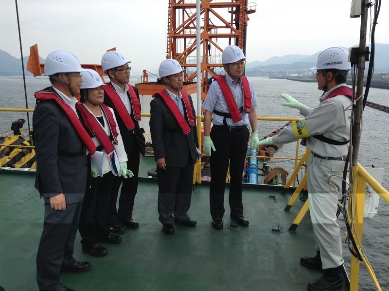 浚渫船外で説明を受ける さいとう鉄夫(右から2人目)