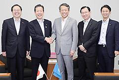 金事務次長(中央)と懇談する さいとう鉄夫(左端)