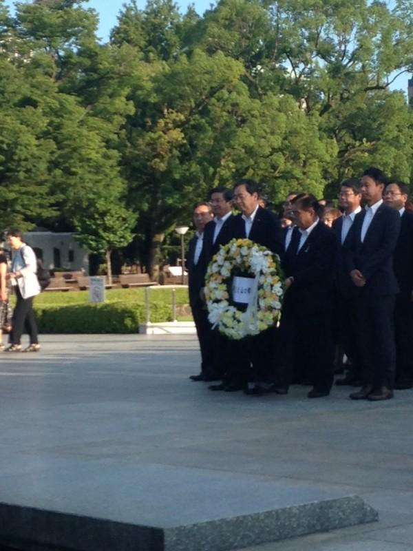 慰霊碑に献花する さいとう鉄夫(中)他、中国方面の各議員